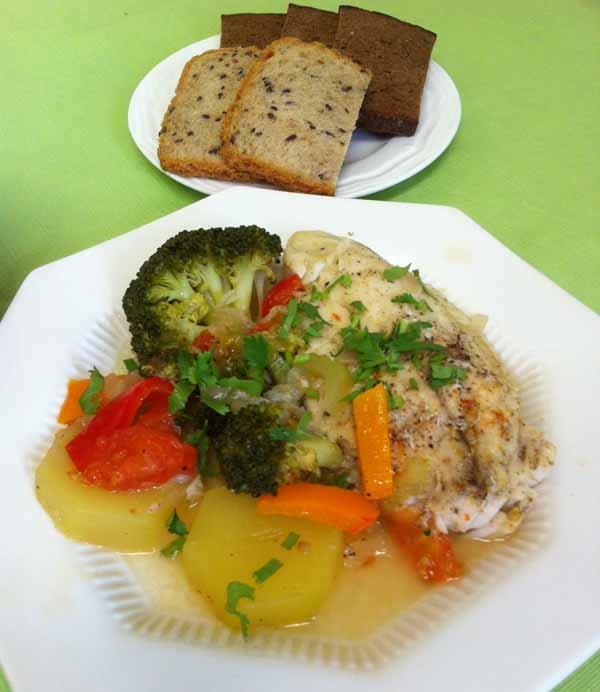 Рыба отварная с овощами