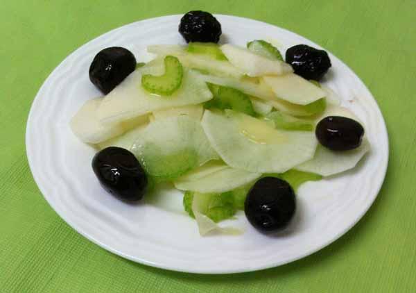 Закуска из дайкона и сельдерея с маслинами.