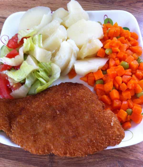 Рыба жаренная с отварной морковью и зеленым горошком.