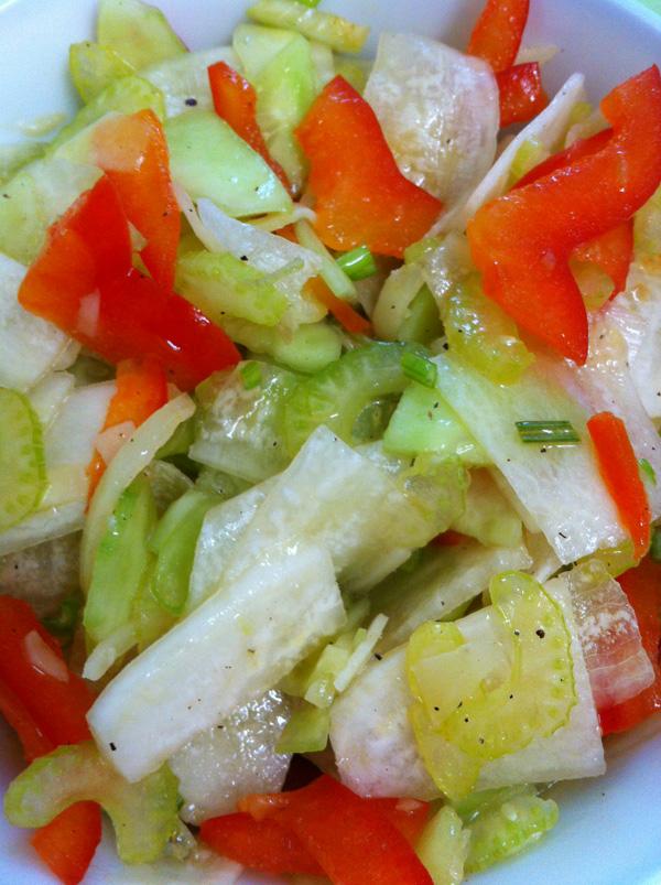 Салат из дайкона с помидорами.