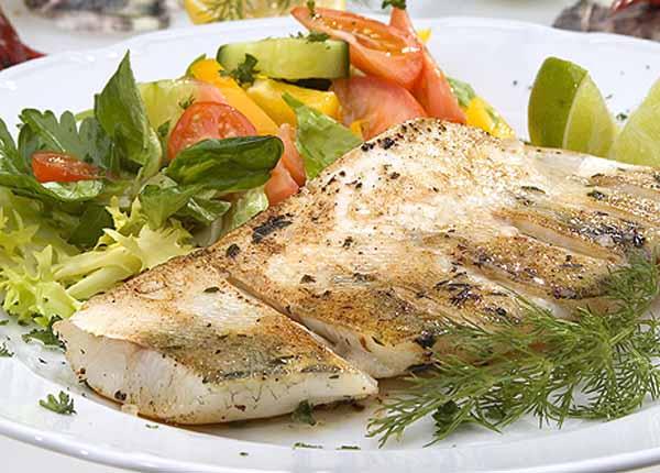Рыба, запечённая с морковью и луком.