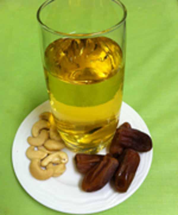 Сок яблочный с финиками и орехами