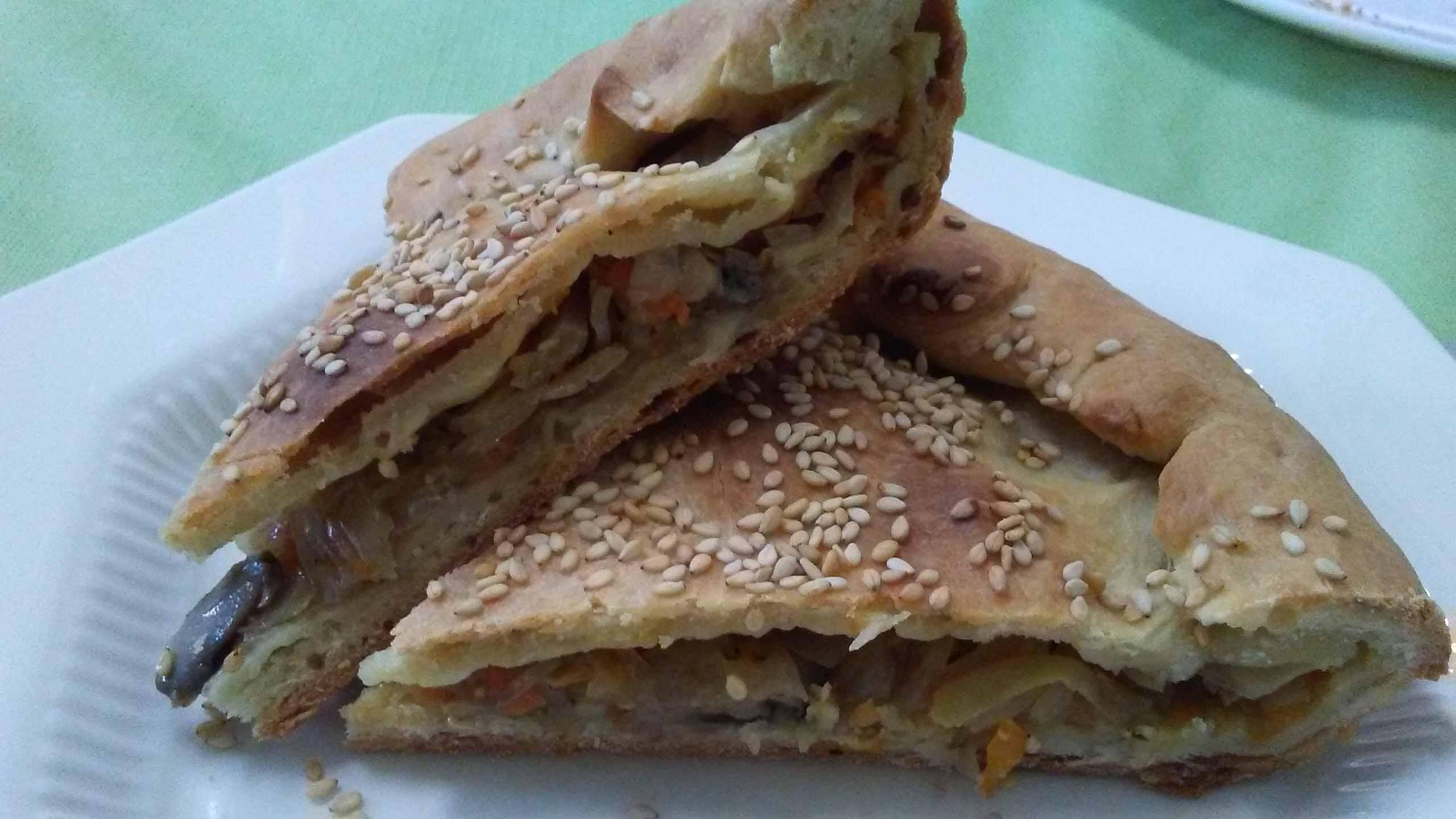 Постный пирог с капустой, репой и грибами