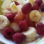 Фруктовый салат из малины, банана и грейпфрута