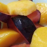 Фруктовый салат из сливы и персиков