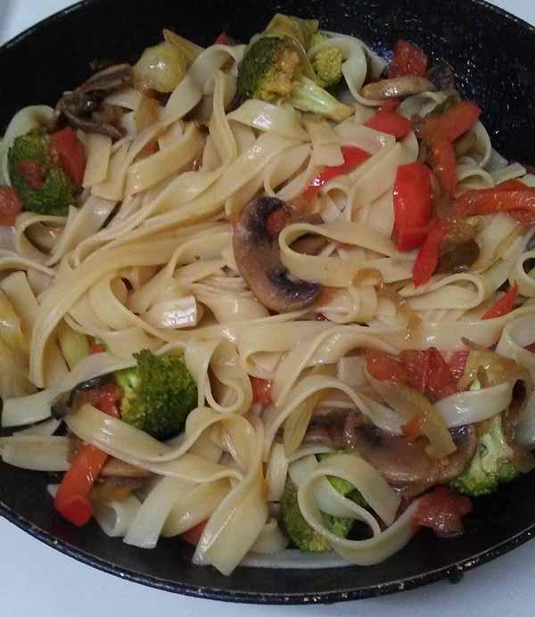 Лапша феттучини с овощами и грибами