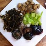 Закуска из соленых грибов, сельдерея и морской капусты.
