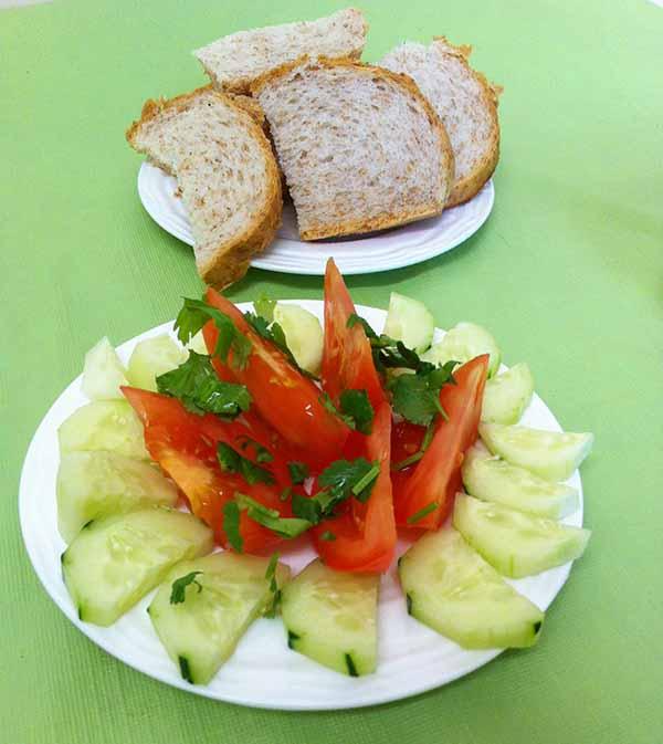 свежие овощи с хлебом