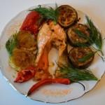 Рыба с овощами, запеченная в духовке.