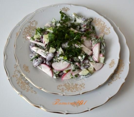 Салат из редиски с фасолью с постным майонезом.