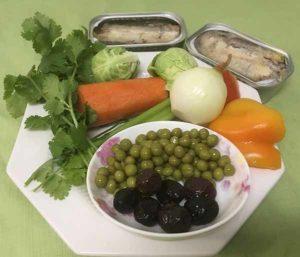 сардины, морковь, лук, перец, маслины, горошек