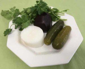 Салат свекольный с редькой и солеными огурцами