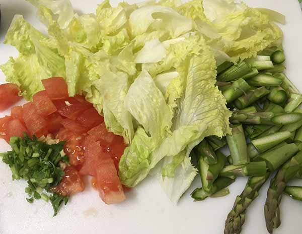 """Теплый салат из спаржи, с болгарским перцем и листьями салата """"Айсберг"""""""