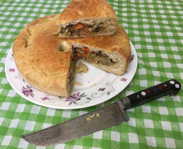 Постный пирог из дрожжевого теста, с шампиньонами и морковью.
