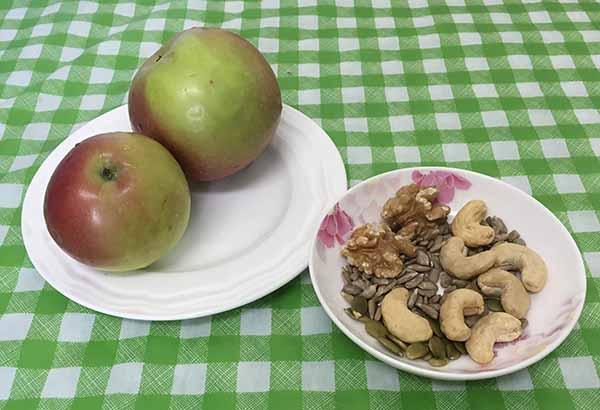 Яблоки, орехи