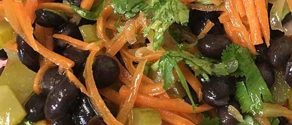 Черная фасоль, морковь и маринованные огурцы