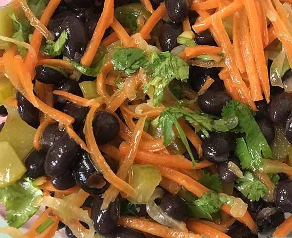 Салат из черной фасоли с морковью и маринованными огурцами.