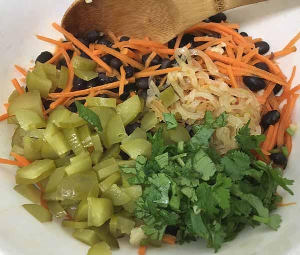 Черная фасоль, морковь и маринованных огурцы.