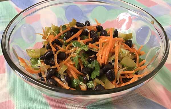 Салат из Черной фасоли, моркови и маринованных огурцов.