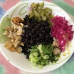 Салат из черной фасоли с грибами, маринованной капустой и солеными огурцами.