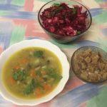 Постный гороховый суп с грибами, сухариками и салатом
